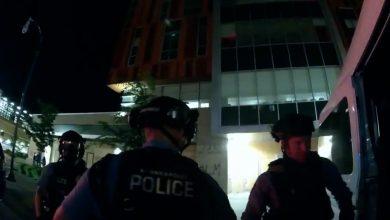 """صورة كاميرا ترصد تخطيط أفراد شرطة أمريكيين لـ""""اصطياد"""" متظاهرين بعد مقتل جورج فلويد"""