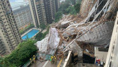 صورة شاهد.. انهيار سقالة بناء ضخمة حول مبنى شاهق في هونغ كونغ