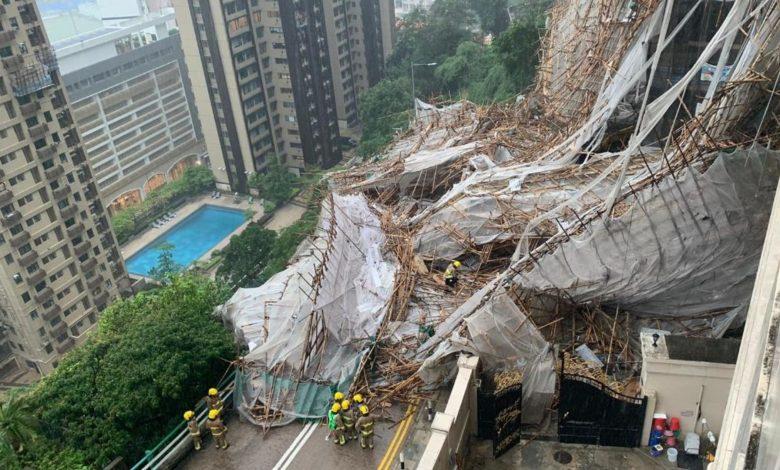 شاهد.-انهيار-سقالة-بناء-ضخمة-حول-مبنى-شاهق-في-هونغ-كونغ