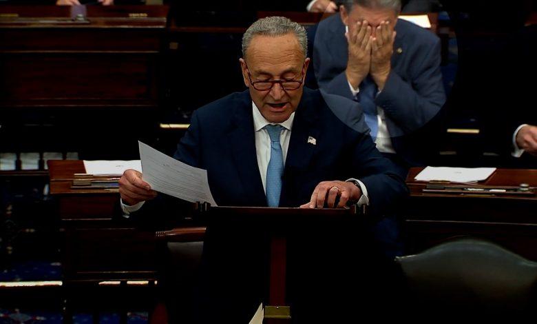 """هز-رأسه-امتعاضًا.-رد-فعل-سناتور-ديمقراطي-أثناء-خطاب-زعيم-أغلبية-""""الشيوخ""""-عن-رفع-سقف-الدين"""