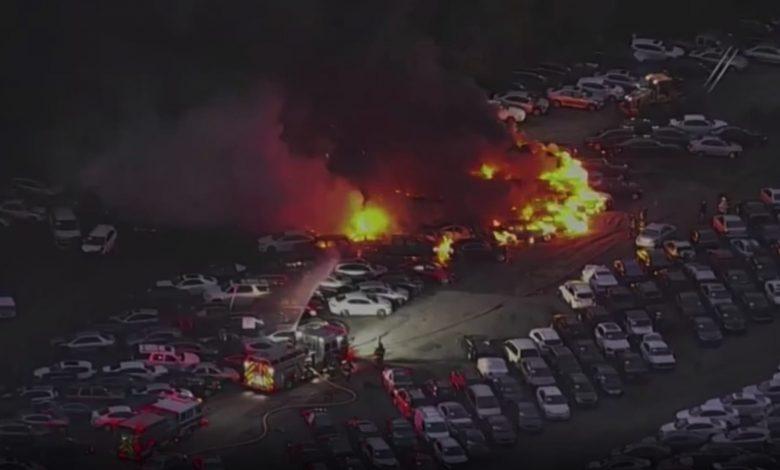 شاهد.-لحظة-اندلاع-حريق-هائل-التهم-عشرات-السيارات-في-ساحة-مزاد