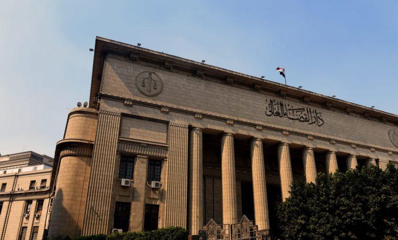 """محكمة-مصرية-تعاقب-طبيبين-وموظف-بسبب-التنمر-على-ممرض-في-قضية-""""السجود-للكلب"""""""