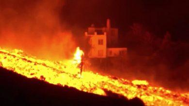 صورة مشهد مهيب.. سيول متوهجة من الحمم البركانية تتدفق على منحدرات لابالما