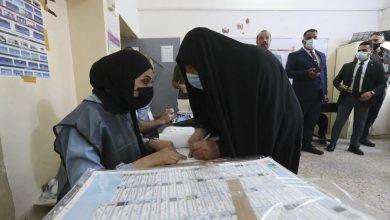"""صورة العراقيون يصوتون في الانتخابات البرلمانية.. والكاظمي يدعو إلى """"تغيير الواقع"""""""