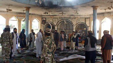 صورة خامنئي يوجه رسالة لطالبان بعد تفجير مسجد للشيعة في قندوز