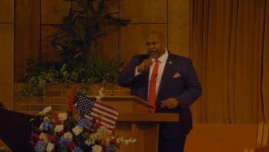 """صورة نائب حاكم ولاية أمريكية يثير موجة غضب بـ""""خطاب كراهية"""" ضد المثليين"""