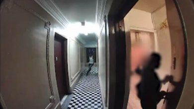 صورة ثانية واحدة أنقذتها.. فيديو يوثق لحظة مخيفة لامرأة تنجو بأعجوبة من هجوم شخص