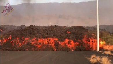 صورة كتل من حمم بركانية بحجم مبان تتدفق من بركان لابالما في جزر الكناري