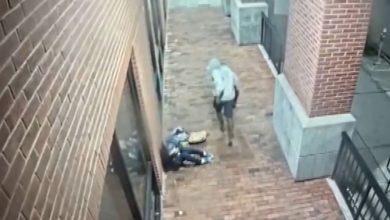 صورة كاميرا مراقبة ترصد رجلًا يعتدي بوحشية على وجه ورأس امرأة مسنة ويلوذ بالفرار