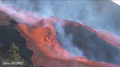 """صورة شاهد.. حمم تتدفق من بركان """"كمبر فيجا"""" على تلال جزيرة لابالما"""