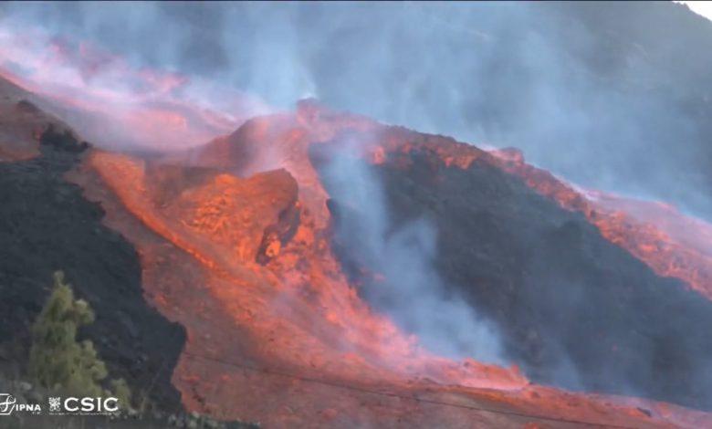 """شاهد.-حمم-تتدفق-من-بركان-""""كمبر-فيجا""""-على-تلال-جزيرة-لابالما"""