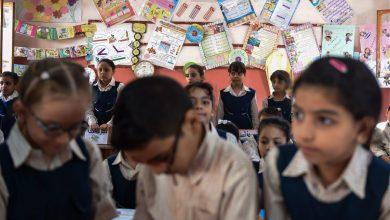 صورة صور طلاب في مصر يفترشون الأرض أثناء الدراسة تثير ضجة.. ووزير التعليم يعلن عزل مدير المدرسة