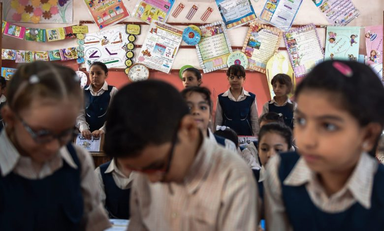 صور-طلاب-في-مصر-يفترشون-الأرض-أثناء-الدراسة-تثير-ضجة.-ووزير-التعليم-يعلن-عزل-مدير-المدرسة