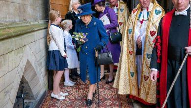 صورة شاهد ملكة بريطانيا متكئة على عكاز لأول مرة
