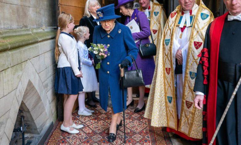 شاهد-ملكة-بريطانيا-متكئة-على-عكاز-لأول-مرة