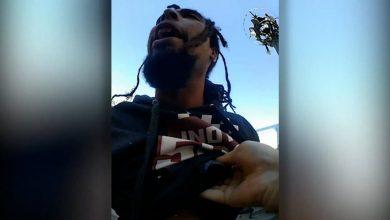 صورة فضحته الكاميرا.. شاهد شرطي أمريكي يركل رجلًا على رأسه أثناء اعتقاله