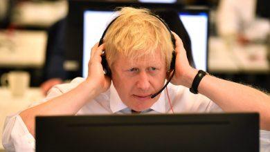 صورة مسؤولو الحكومة البريطانية يحذفون رسائل واتساب.. هل يجب السماح لهم بذلك؟