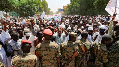صورة مظاهرة ضد الحكومة في السودان للمطالبة بحلها ورفض انتقال الحكم إلى المدنيين