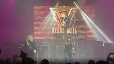 صورة شاهد.. لحظة سقوط مغن أمريكي على المسرح