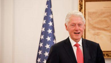 صورة خروج الرئيس الأمريكي السابق بيل كلينتون من المستشفى بعد 5 أيام من إصابته بعدوى