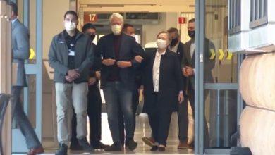 صورة شاهد لحظة مغادرة بيل كلينتون للمستشفى بعد علاجه من عدوى