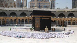 السعودية-تؤكد-استمرار-تطبيق-التباعد-بين-المصلين-في-المساجد-بعد-استثناء-الحرمين