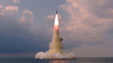"""صورة """"أسطولها متقادم"""".. كوريا الشمالية تختبر صاروخًا باليستيًا من غواصة"""