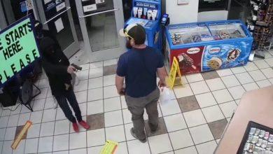 صورة كان يهم بالخروج مع دخول 3 لصوص مسلحين.. شاهد كيف انتزع زبونٌ سلاح اللص من يده