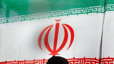 صورة مسؤول إيراني يتلقى صفعة أثناء تنصيبه محافظا لأذربيجان الشرقية.. فما السبب؟