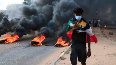 صورة محتجون سودانيون يغلقون ثلاثة جسور.. والشرطة تنشر الغاز المسيل للدموع
