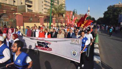 صورة محافظ أسيوط يشارك 500 شاب وفتاة في مسيرة احتفالاً بالنصر